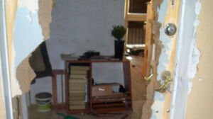 Siekierą w drzwi, [br] telewizor za okno