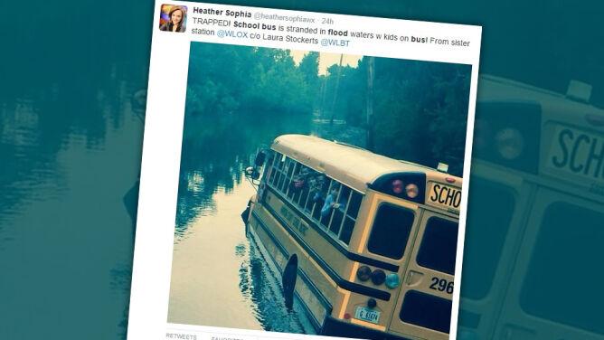 """Przystanek pośrodku ulicy, która zamieniła się w rzekę. 30 uczniów """"wpadło w panikę"""""""