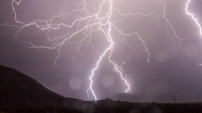 Uwaga na burze z gradem i ulewnym deszczem. Ostrzeżenia i prognozy IMGW